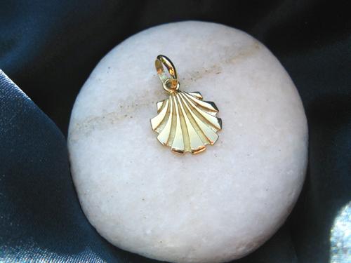 Classic style of 18ct gold scallop shell - symbol of the Camino de Santiago pilgrim route