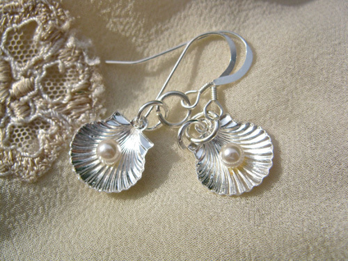 Scallop shell with pearl earrings, silver 00711