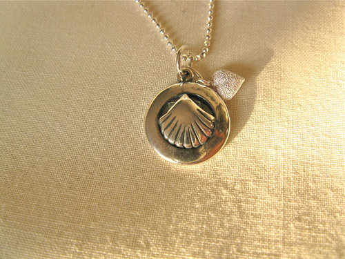 Scallop shell in ring + heart necklace ~ silver 01177