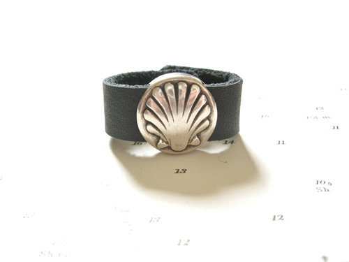 Camino de Santiago symbols ring - black leather with scallop shell