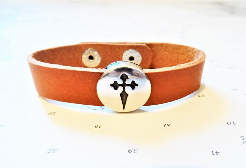 Smart but simple and durable leather bracelet with symbolic St James cross