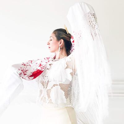 Mantón de manila blanco, bordado rojo medida 140x140cm