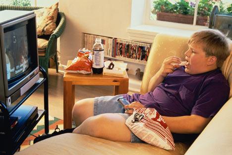 Manger devant la télé favoriserait l'obésité infantile