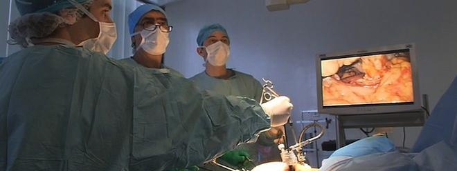 Chirurgie bariatrique : de graves conséquences psychologiques http://www.francetvinfo.fr/sante/soigner/obesite-le-risque-de-suicide-accru-apres-une-chirurgie-gastrique_1118501.html