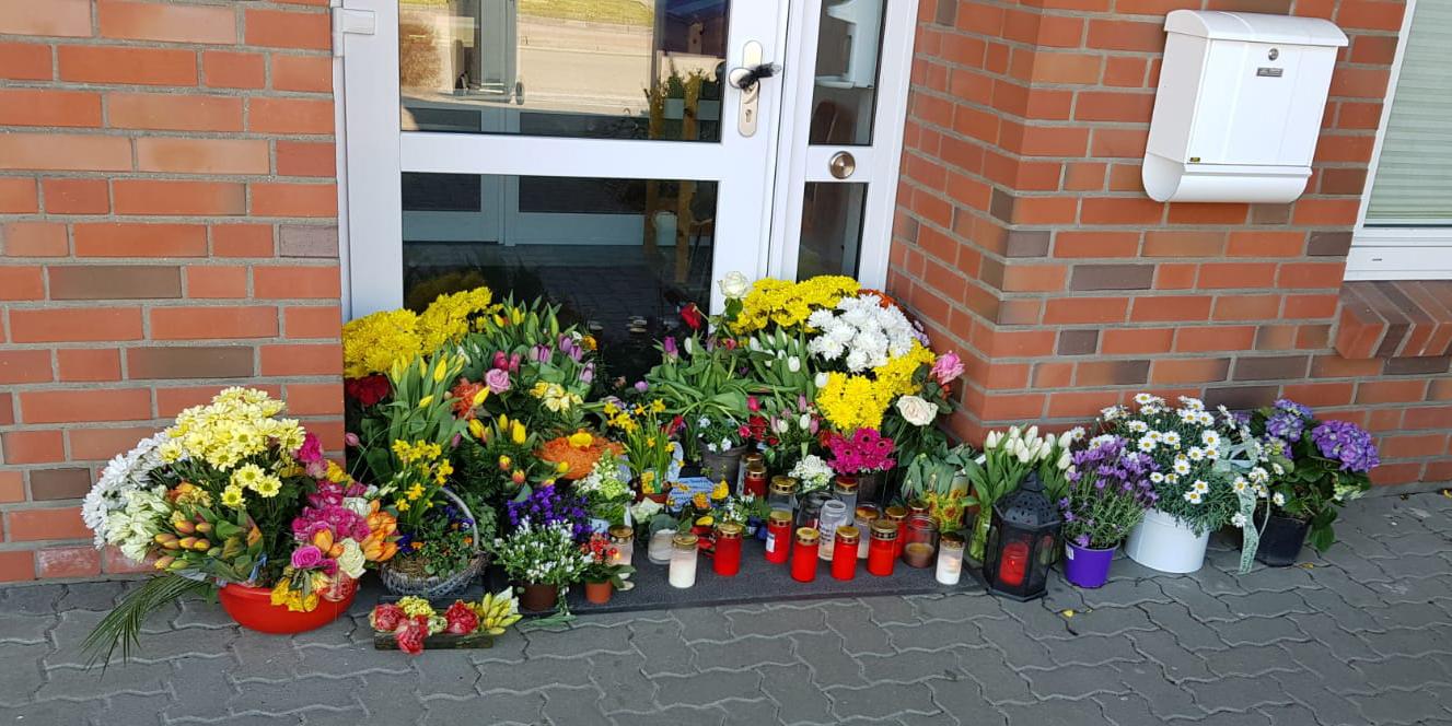Am 13. April 2020 verstarb Dr. Matthias Schadwinkel an den Folgen einer Corona-Infektion. Der plötzliche und viel zu frühe Tod des Arztes erschütterte die Gemeinde Wees. Eine Welle des Mitgefühls und der Anteilnahme zeigte sich unter anderem durch die liebevoll hingestellten Blumen und Kerzen in den Wochen nach seinem Tod.
