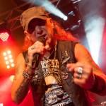Ein Musiker mit einem Mikrofon in der Hand