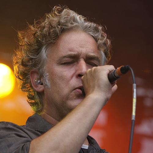 Ein Mann singt mit einem Mikrofon in der Hand