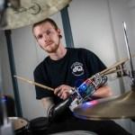 Conheça Jason Barnes, o baterista ciborgue