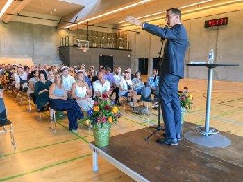 Rektor Mikkel Harder Sørensen i gang med en af sine 12 dimissionstaler. Foto: Kathrina Aggebo.