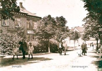 Stationsvej med pensionatet til venstre. Landliggerbørnene henter deres fædre fra toget. Foto: Historisk Arkiv Dragør.