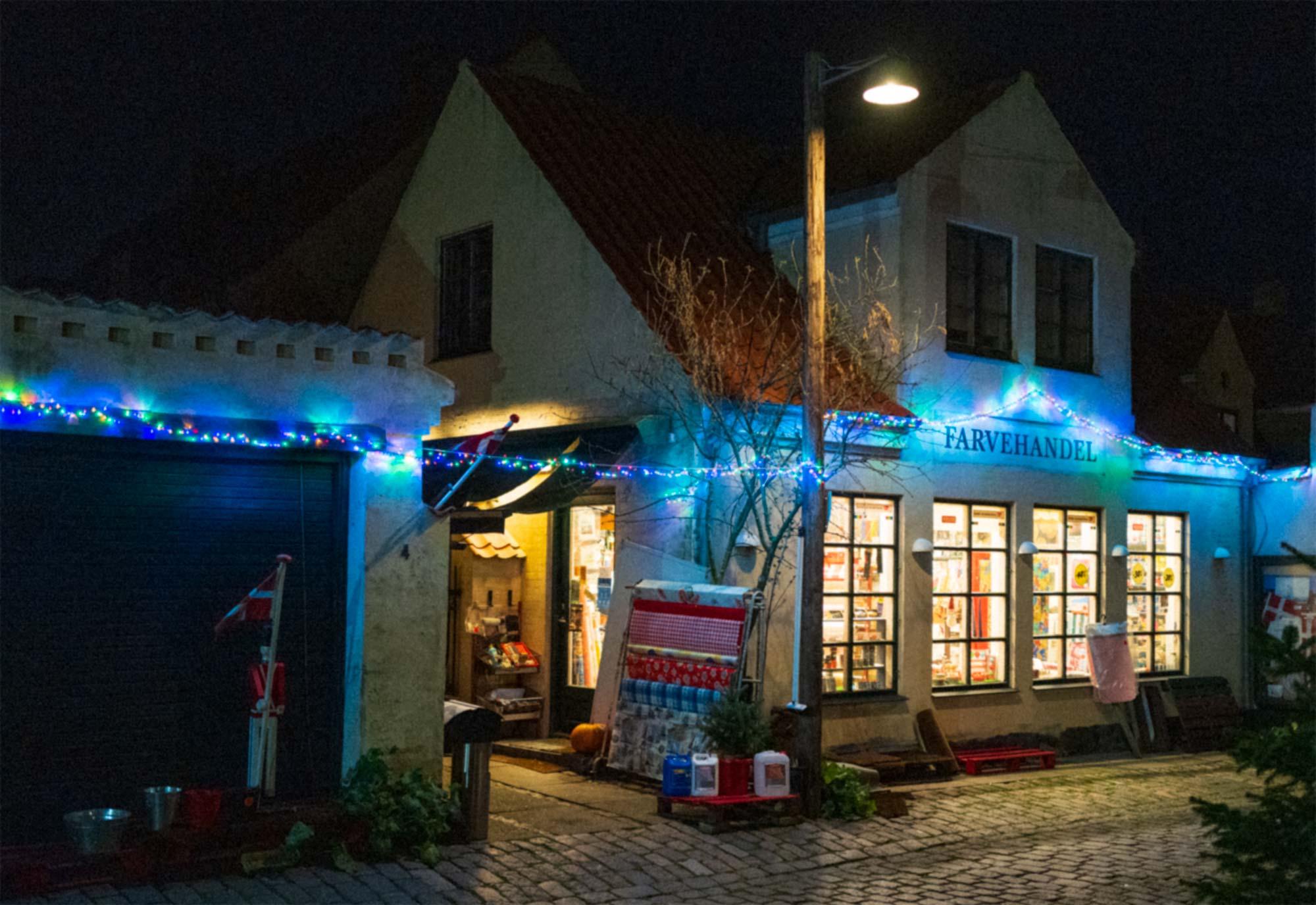 Den gamle farvehandel i Dragør er pyntet op til julehandlen. Foto: TorbenStender.