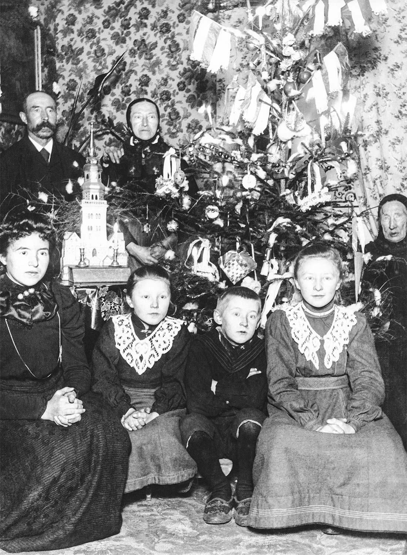 Juletræ i stuen hos familien Hansen ca. 1903. Foto: Historisk Arkiv Dragør.