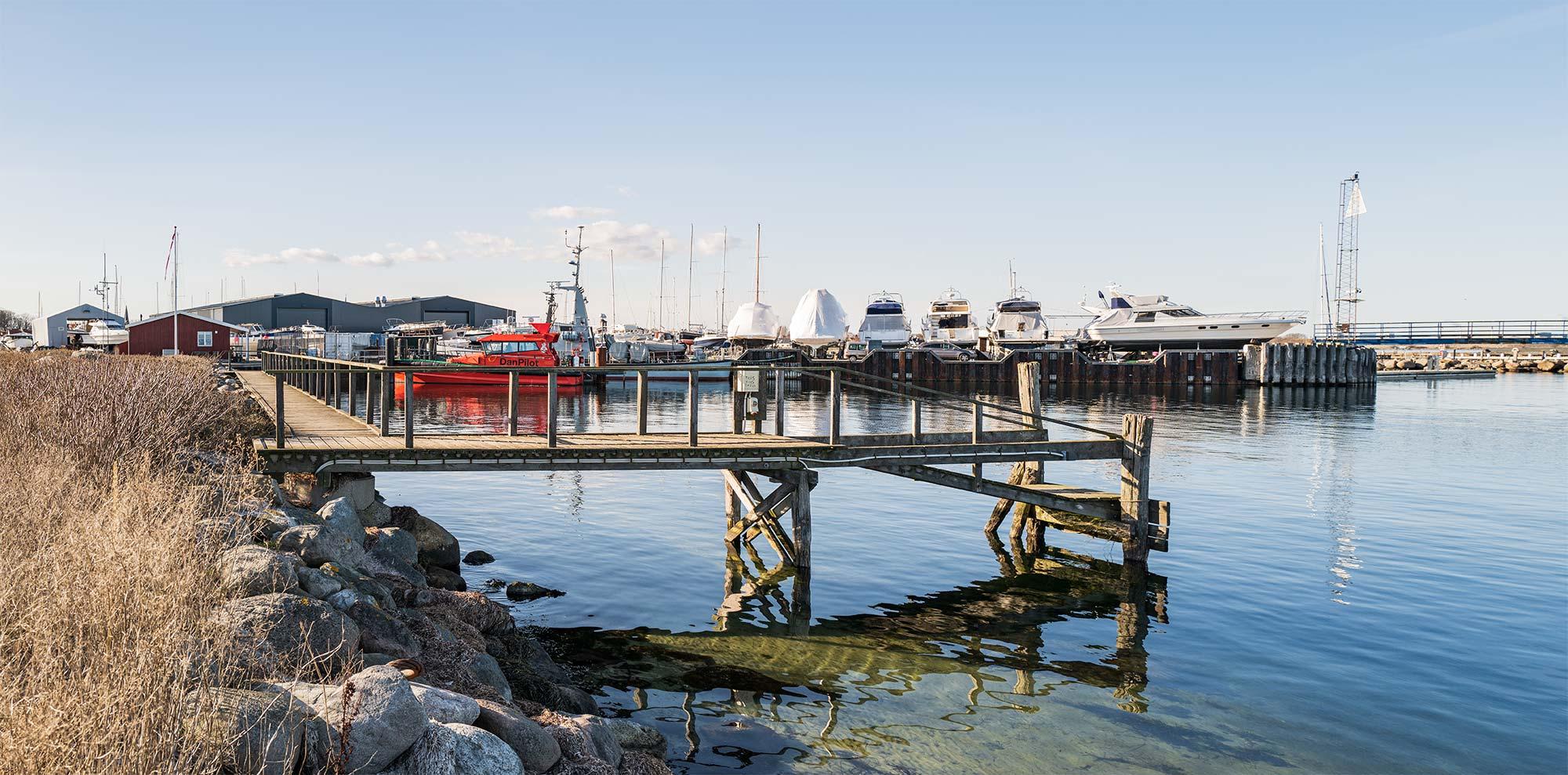 Gangbroen på sandtangen imellem lystbådehavnen og færgehavnen hvor WeSail har søgt om lov til at etablere bådudlejning. Arkivfoto: TorbenStender.