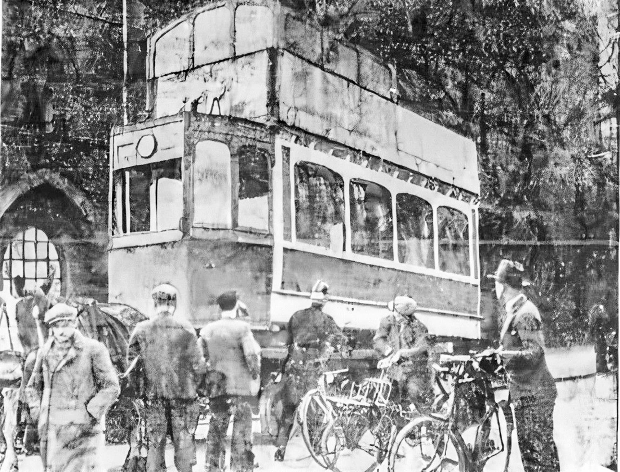 22. april 1934. Politikens fotograf var forbi Slotsholmsgade, hvor han så blokvognen med den høje sporvogn. Kusken nåede ikke at køre ud på Knippelsbro, men drejede af i tide.