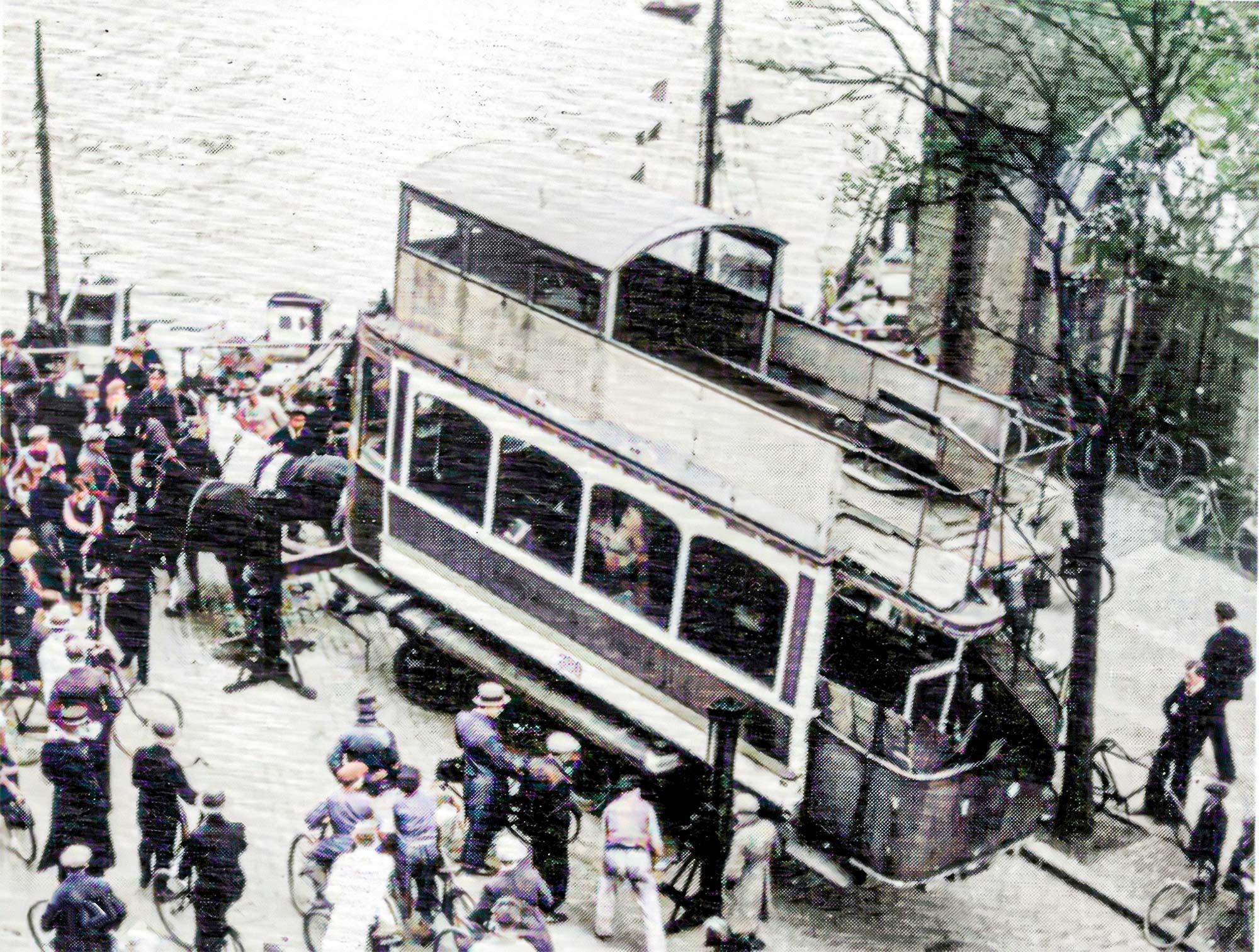21. april 1934. Sent lørdag eftermiddag var man ved at gøre klar til flytning af vognkassen til en lavere blokvogn. Udklip fra Leif Bangs arkiv.