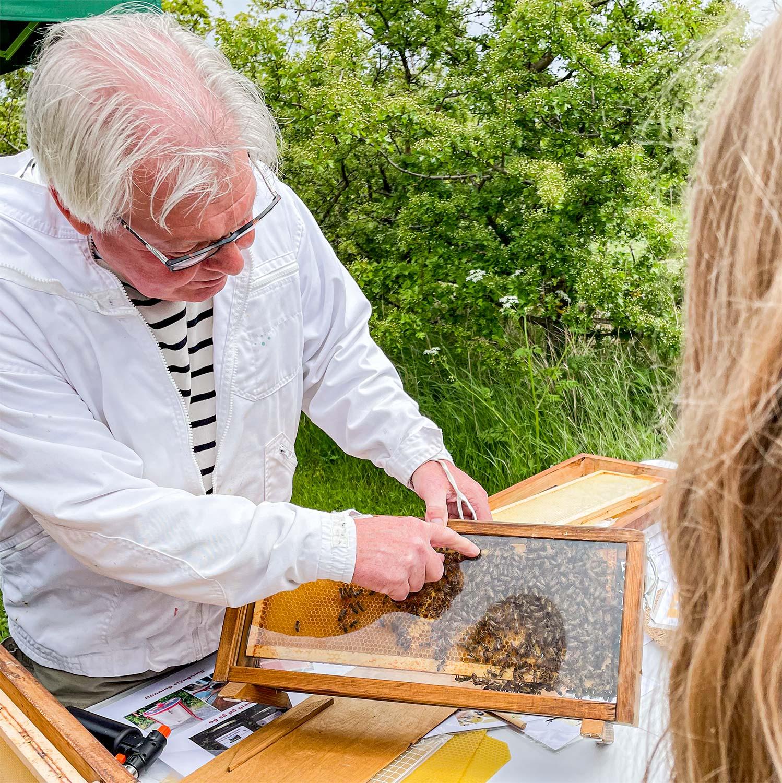 Victor Rasmussen viser bier frem.