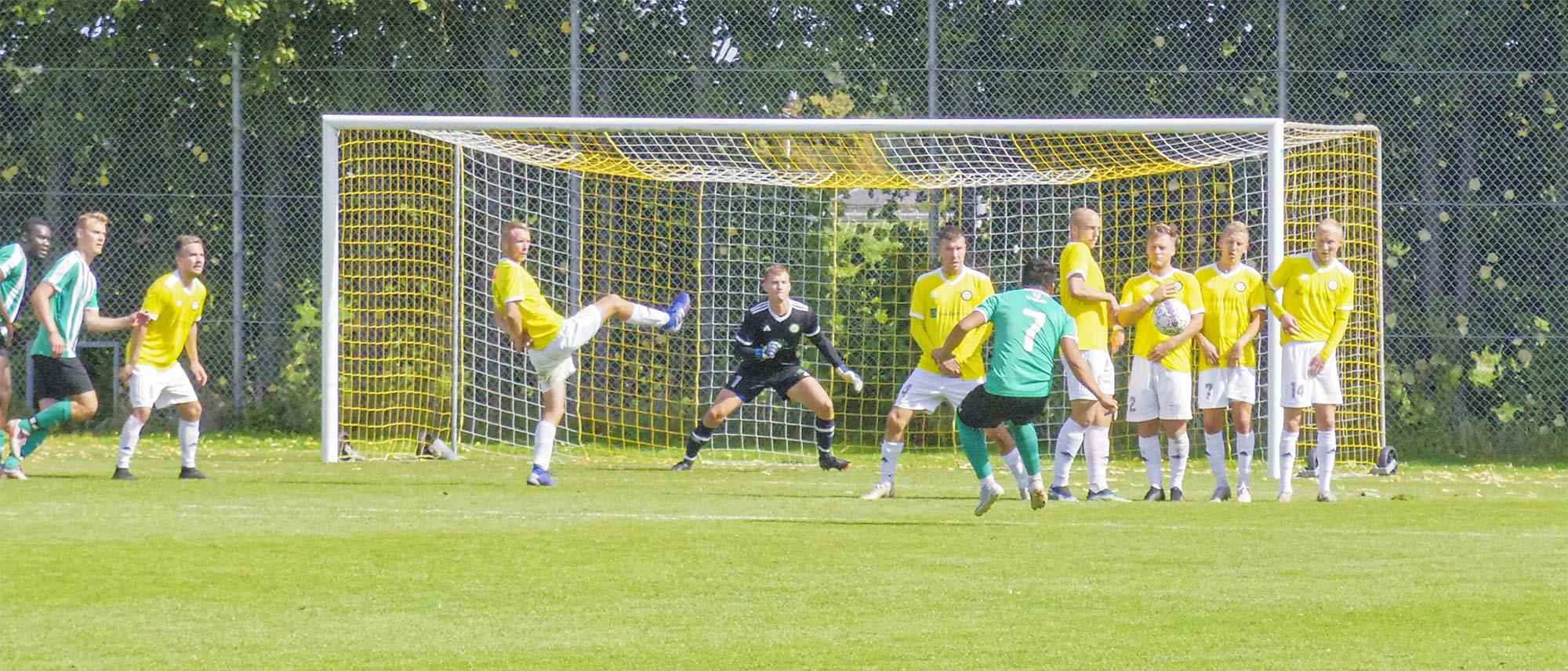 Et BBK-frispark rammer Mikkel Merser i muren – og bolden går over mål.
