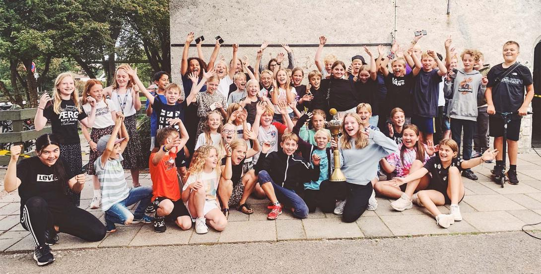 Hele 50 unge mennesker kæmpede om at få pokalen i årets Hop Over Bold-mesterskab.