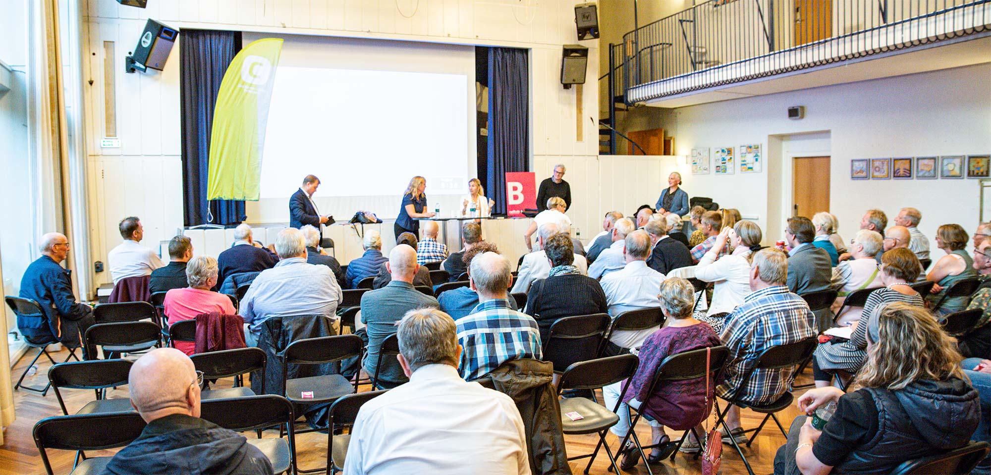 Aulaen på Dragør Skole dannede ramme for debatten, der var arrangeret af Konservative og Radikale. Foto: HAS.