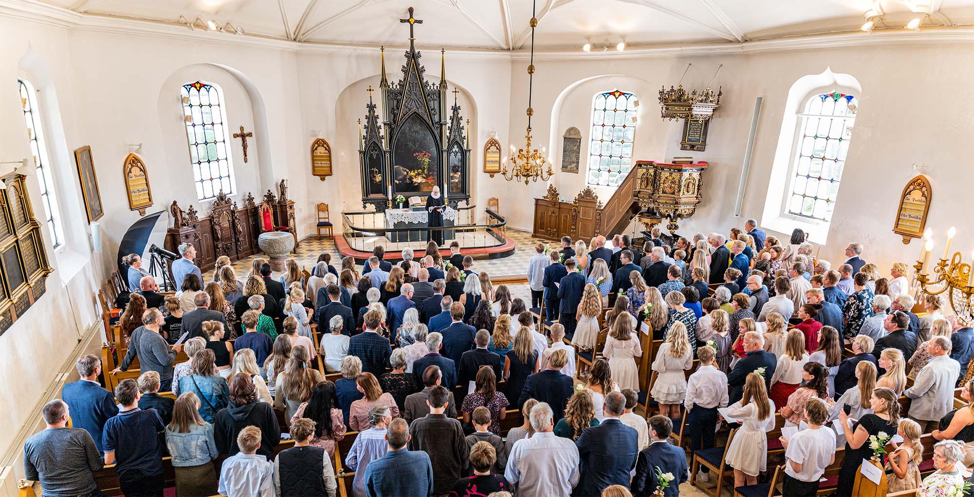 Efter en lang periode med coronarestriktioner er det nu atter muligt at fylde kirken med familie og venner under konfirmationer. Foto: TorbenStender.