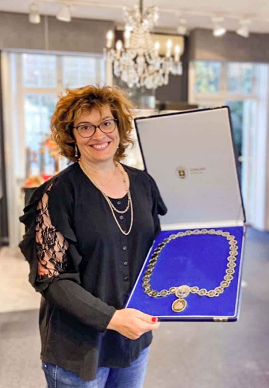 Maria Nielsen fra Barbara Maria fremviser den istandsatte borgmesterkæde, der nu er klar til at blive opbevaret i en helt ny, flot æske.