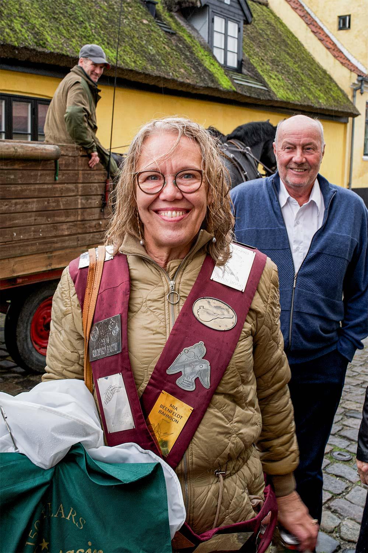 Den afgående fuglemajestæt Annette Scheutz ankommer til borgerforeningens lokaler. Foto: TorbenStender.