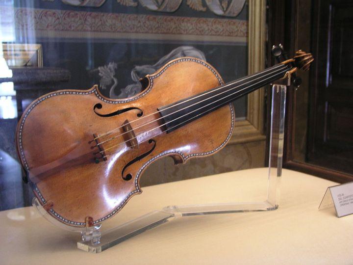 1024px-PalacioReal_Stradivarius1