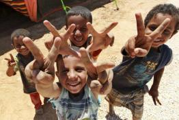 zaatari refugee camp boys saying peace
