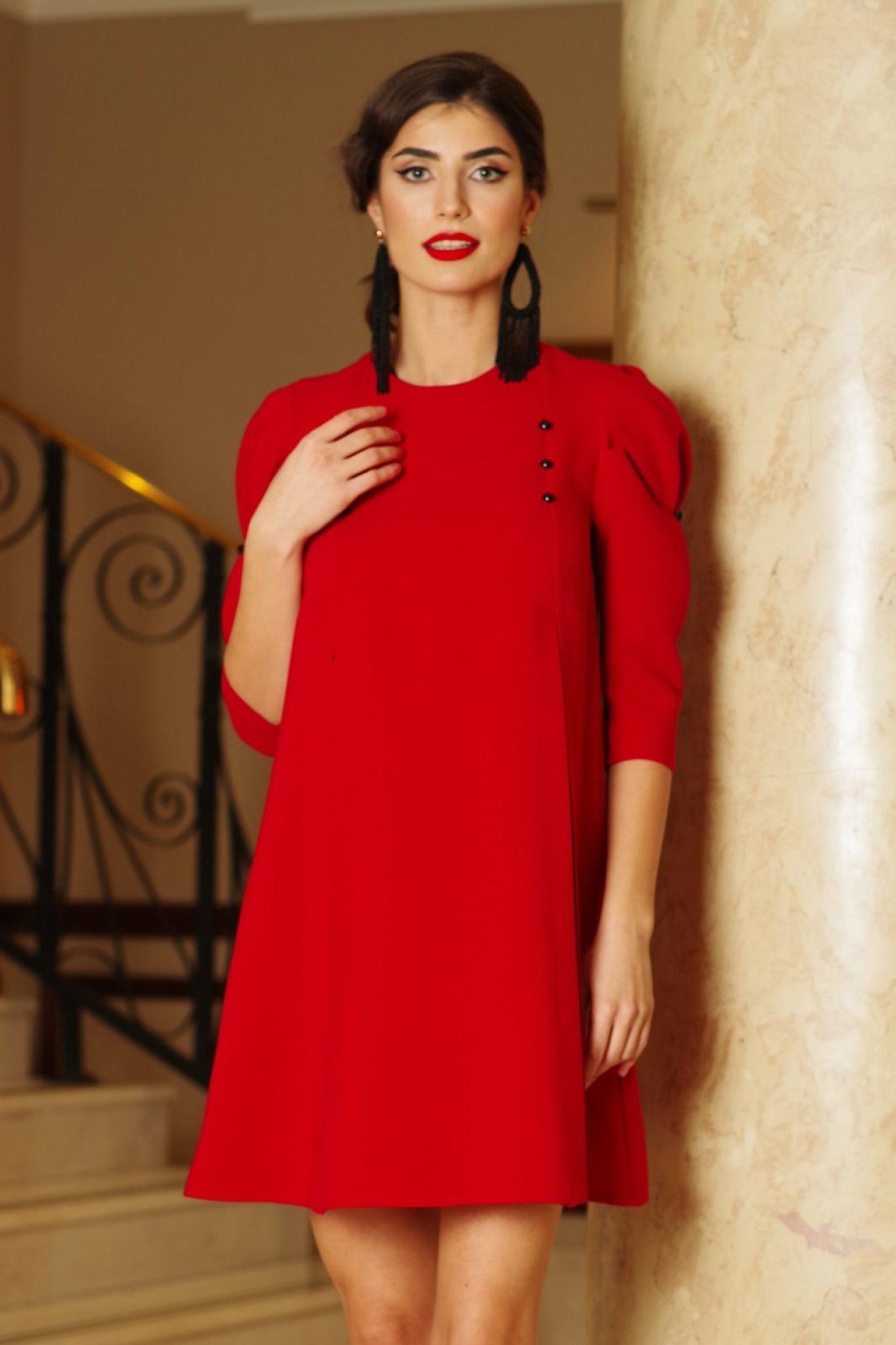 Rochie Artista rosie de zi cu croi larg cu maneci trei-sferturi din stofa usor elastica accesorizata cu nasturi