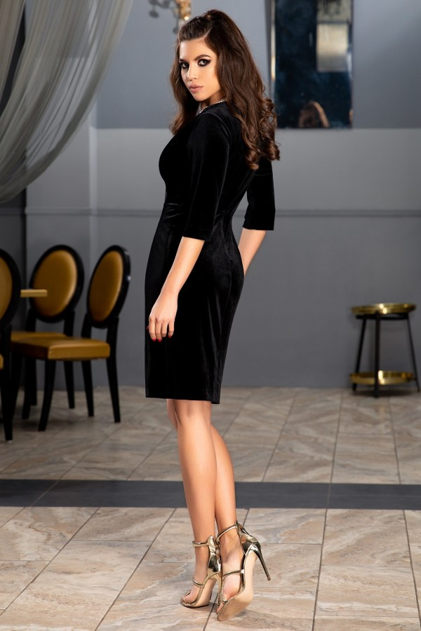 Rochia scurta din catifea neagra foarte sexy