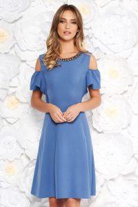 Rochie albastra-deschis de zi in clos din material fin la atingere aplicatii metalice cu umeri decupati