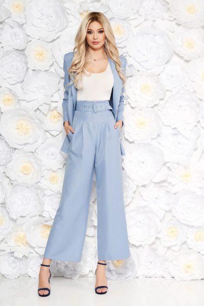 Compleu dama StarShinerS albastru-deschis elegant cu sacou drept si pantaloni evazati cu accesoriu tip curea si buzunare