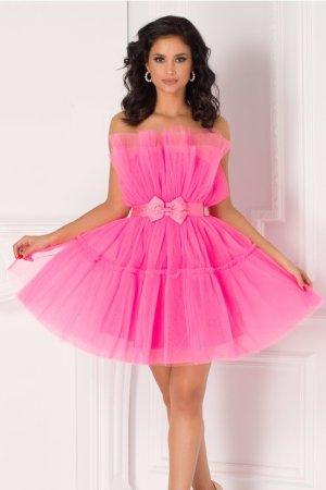 Rochie roz neon din tull in clos accesorizata cu funda