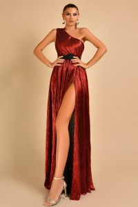 Rochie de ocazie eleganta bordo pe un umar cu crapatura pe picior