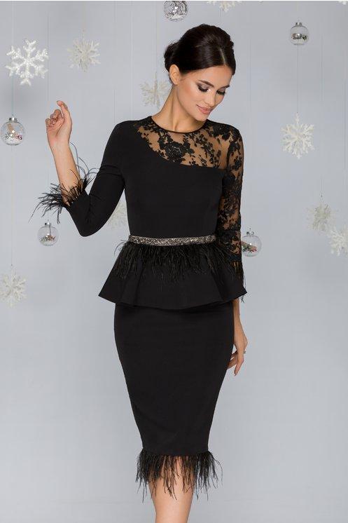 Rochie neagra cu peplum accesorizata cu tull brodat si pene