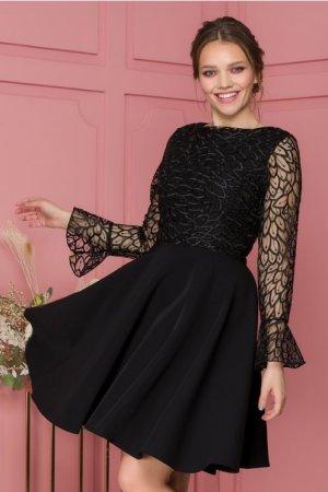 Rochie neagra accesorizata cu tull si broderie florala