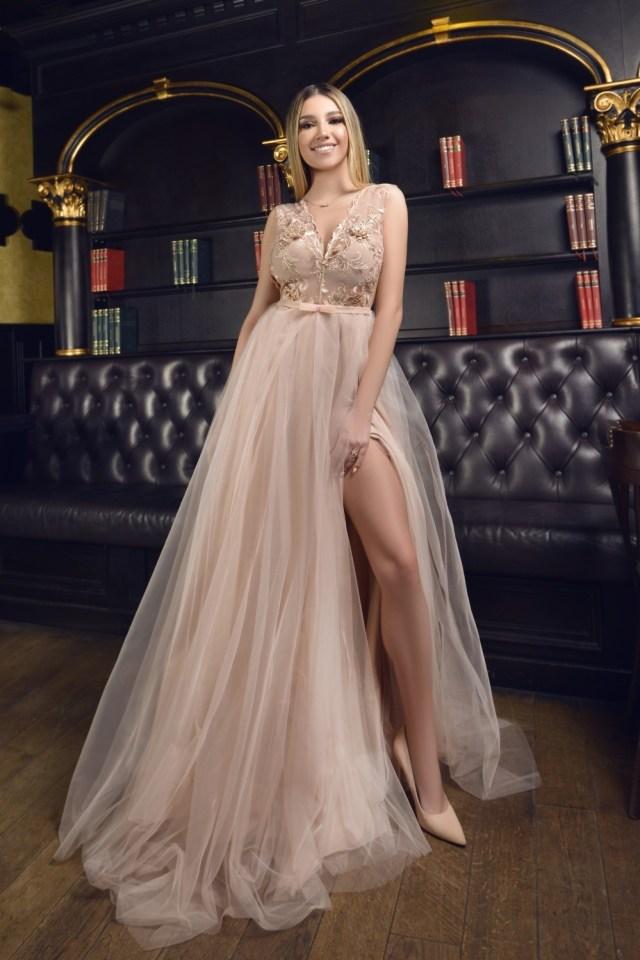 Rochie eleganta de ocazie lunga in clos cu dantela decupata si tull