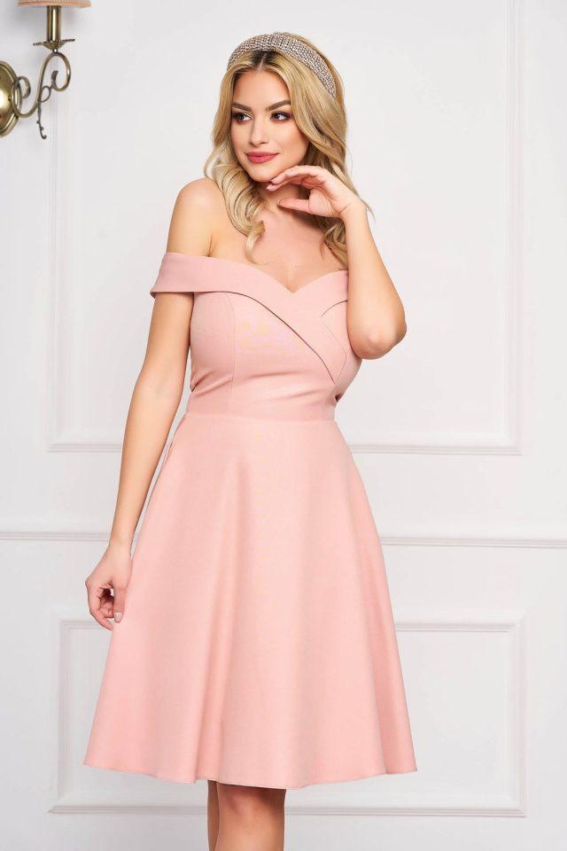 Rochie eleganta de ocazie midi roz prafuit in clos cu sclipici si umeri goi