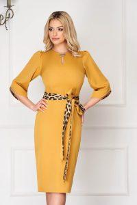 Rochie eleganta midi conica mustarie cu maneci trei-sferturi si cu brosa