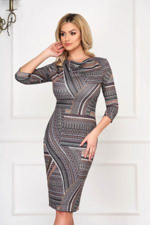 Rochie eleganta midi maro tricotata mulata cu imprimeuri si decolteu cazut