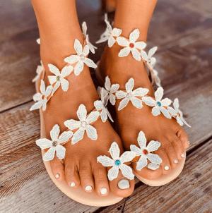 Sandale cu talpa joasa si aplicatii cu floricele