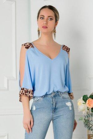 Bluza eleganta bleu cu insertii animal print si umeri decupati