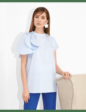 Bluza bleu cu volane decoartive pe un umar