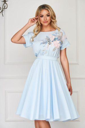Rochie albastra-deschis de ocazie cu maneci scurte clos cu elastic in talie accesorizata cu cordon Starshiners