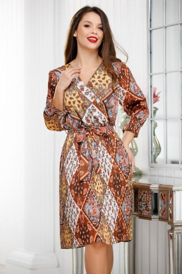 Rochie maro cu imprimeu din voal plisat