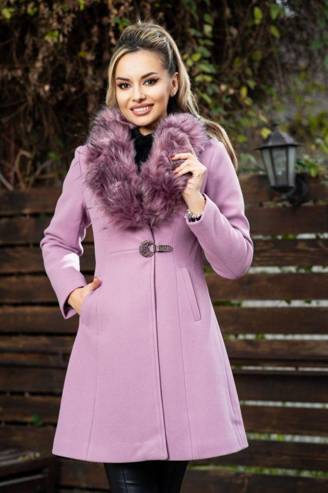 Palton elegant lila din stofa matalasat cu guler din blana detasabil si sistem de inchidere cu strasuri