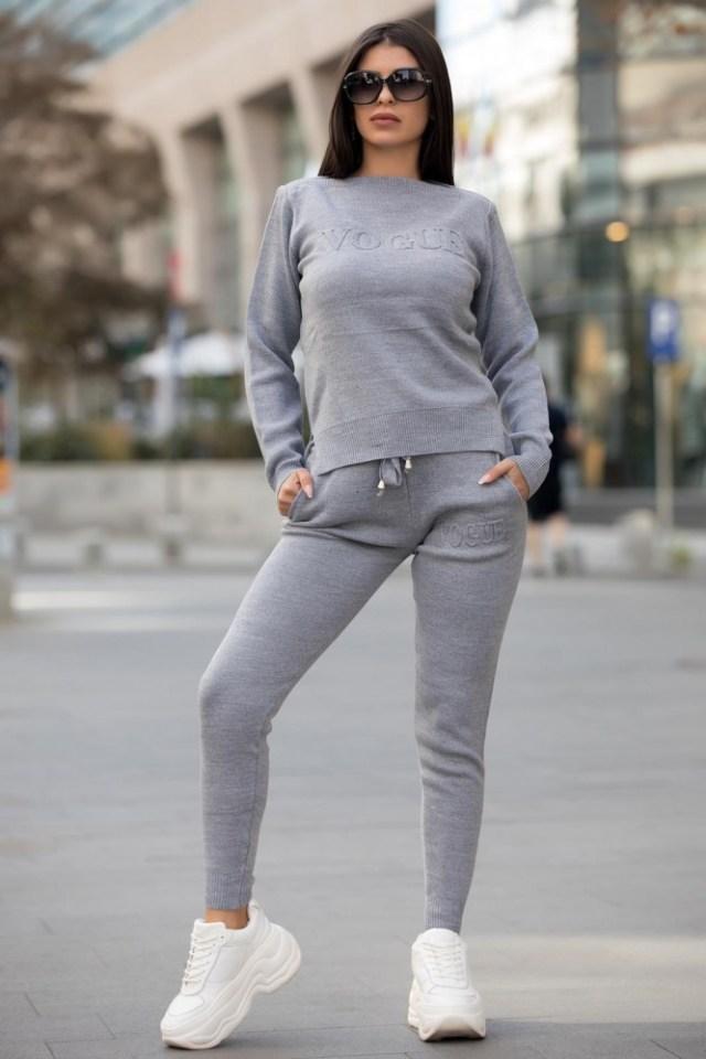 Trening dama gri lung tricotat cu imprimeu Vogue