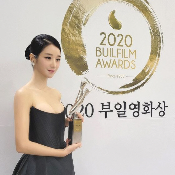 Seo Ye Ji berfoto dengan piala Popular Star Awards dari Buil Film Awards 2020