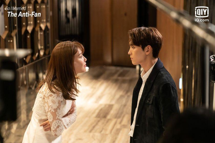 Pertemuan pertama Geun Young dan Who Joon di drakor So I Married the Anti-fan (iqiyi.com)