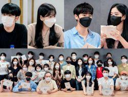 KBS Bagikan Foto-foto Pembacaan Naskah Pertama Pemeran Drama School 2021 Yang Akan Dibintangi oleh Kim Yoo Han Dkk